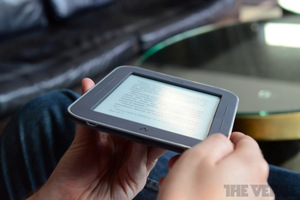 Gallery Photo: Barnes & Noble Nook Simple Touch with GlowLight hands-on pictures