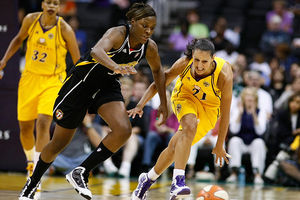 Tiffany Jackson goes for loose ball against Ticha Penicheiro (photo by Craig Bennett/112575 media)