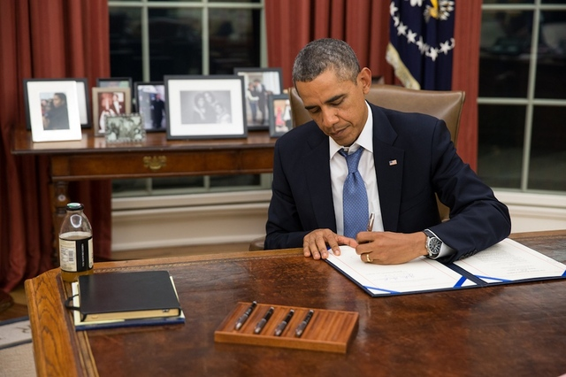 Obama signs bill Sept. 30, 2013 ((Pete Souza/White House via Flickr)