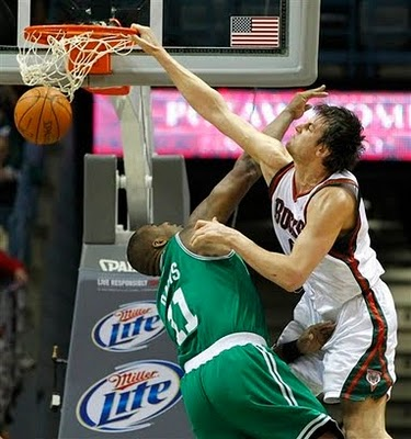 Andrew_bogut_dunks_on_glen_big_baby_davis_medium