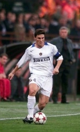Zanetti on the ball, April 2005 UCL game v Milan