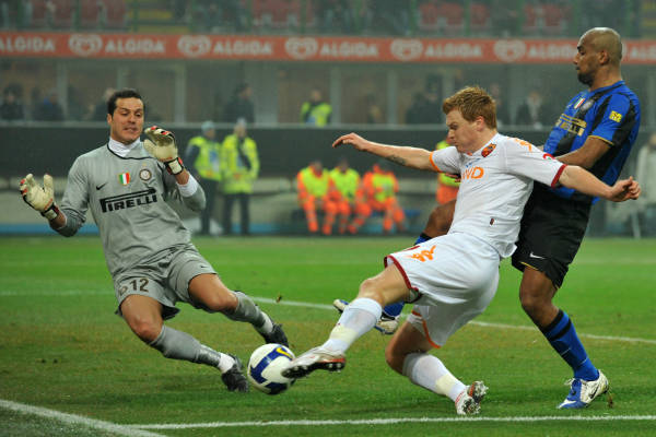 Julio Cesar cannot stop Riise