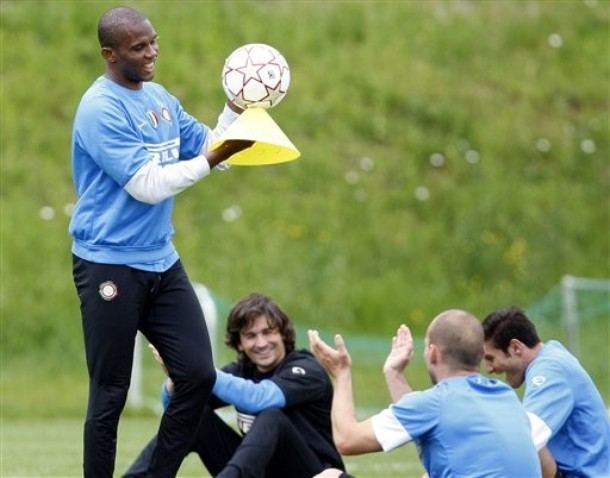 Eto'o joking with Sneijder and Zanetti