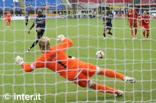 Eto'o penalty Bari
