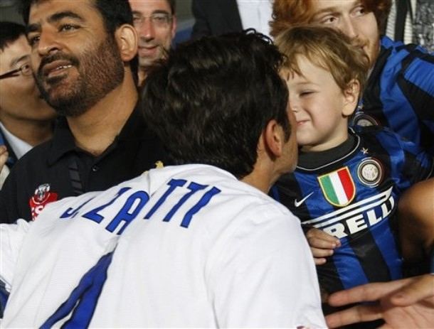 Zanetti Baby kisses at the Club World Cup