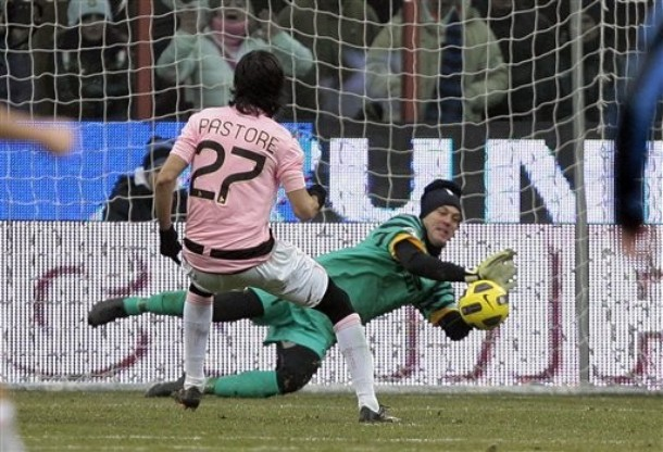 Julio Cesar saves Pastore's penalty. He is a golden god.