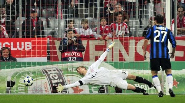 Sneijder shoots... HE SCORES!