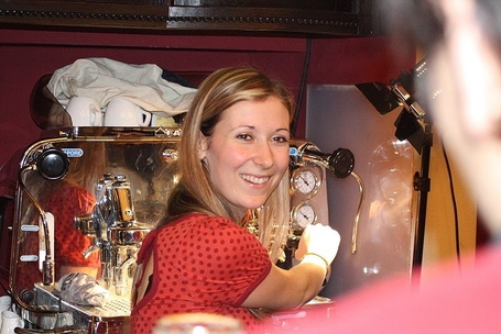 800px-czech_barista_petra_vesel_c3_a1_2c_mistr_k_c3_a1vy__c4_8cr_2005_2c_2007_preparing_coffee_medium