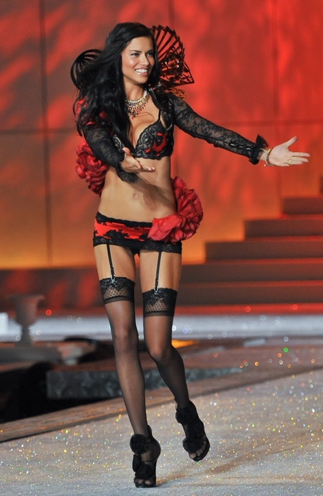 Adriana-lima-2011-victoria-s-secret-fashion-show-07_medium