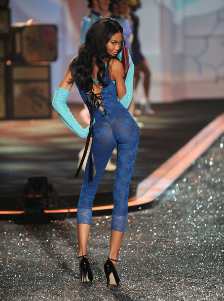 2009_victoria_secret_fashion_show_runway_8oqrj2kjytyl_medium_medium