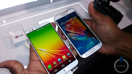 Lg-g2-vs-galaxy-s4-comparison-1_medium