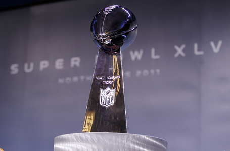 The-vince-lombardi-trophy-stands-between-helmets-of-pittsburgh-steelers-and-green-bay-packers-at-press-conference-dallas-52_medium