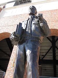 200px-nile_kinnick_statue_medium