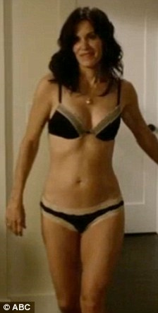 Courteney_cox_cougar_town_bikini_medium