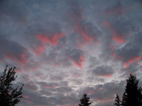 798px-red_color_in_gray_clouds_medium