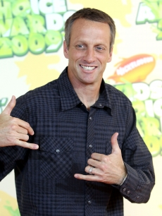 89185_tony-hawk-smiles-at-the-2009-nickelodeon-kids-choice-awards-at-ucla_medium